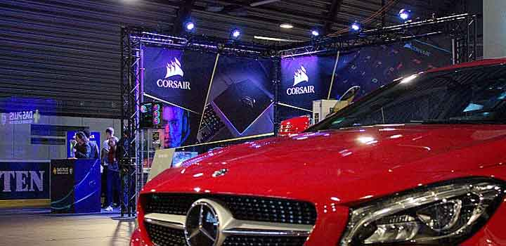 Mobil Mercedes di samping Corsair